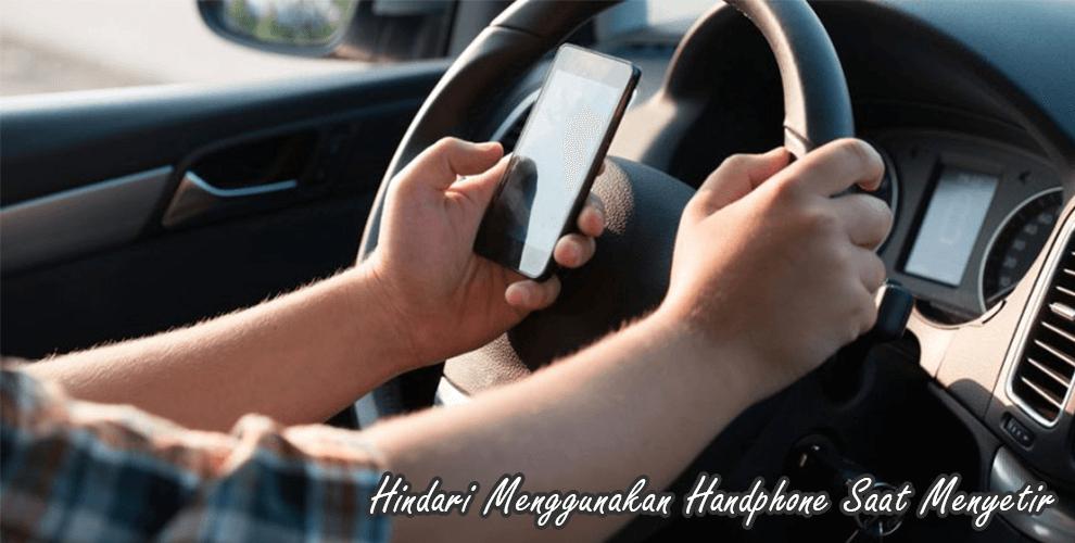 Hindari menggunakan handphone saat sedang mengemudi